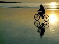 Faire du velo sur la plage a19001826